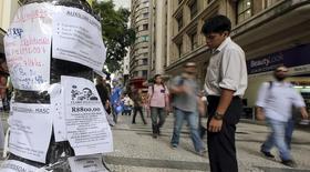 Un hombre mira anuncios de empleos en el centro de Sao Paulo, 19 de marzo de 2015. La tasa de desempleo en Brasil subió en agosto por octavo mes consecutivo y a su nivel más alto en más de cinco años, aunque el alza fue levemente menor a lo pronosticado por el mercado, mostraron datos publicados el jueves. REUTERS/Paulo Whitaker