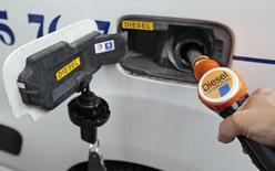 """La ministre de l'Ecologie Ségolène Royal, qui juge plus pertinent d'aider les véhicules propres, juge """"pas sérieux"""" l'appel d'Europe Ecologie-Les Verts à interdire le diesel d'ici dix ans, en plein scandale provoqué par le scandale Volkswagen. /Photo d'archives/REUTERS/Eric Gaillard"""