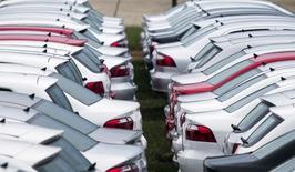 Carros da Volkswagen estacionados em Taubaté, em São Paulo. 30/03/2015   REUTERS/Roosevelt Cassio