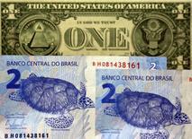 Nota de um dólar junto a notas de dois reais, em São Paulo.   22/09/2015    REUTERS/Paulo Whitaker