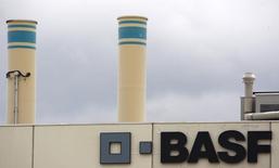 Le groupe chimique allemand BASF annonce un nouveau programme d'économies et un ralentissement de ses investissements dans les années à venir en raison de la volatilité sur les marchés et de la chute des cours du pétrole, qui pèse sur sa division hydrocarbures. /Photo d'archives/REUTERS/Christian Hartmann