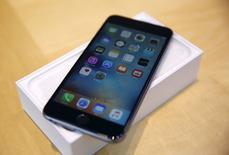 Apple a annoncé lundi avoir vendu plus de 13 millions d'exemplaires de ses nouveau modèles d'iPhone, les 6s et 6s Plus (photo), au cours de son premier week-end de commercialisation, soit le meilleur lancement jamais enregistré par le produit phare du groupe californien. /Photoprise le 25 septembre 25, 2015.  REUTERS/Robert Galbraith