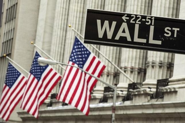 Un letrero cuelga delante de las banderas de Estados Unidos fuera de la Bolsa de Valores de Nueva York en Nueva York 1 de septiembre de 2015. REUTERS / Lucas Jackson