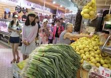 Turistas en un mercado de Valencia, el 23 de julio de 2015. La evolución de los precios al consumidor en España aceleró su descenso en septiembre, en un contexto de caídas de los costos eléctricos y del crudo. REUTERS/Heino Kalis