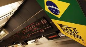 Un tablero electrónico que muestra la información de las acciones, en la Bolsa de Sao Paulo, 18 de febrero de 2011. El vapuleado mercado bursátil de Brasil se recuperaría modestamente en los próximos meses de la mano de la inversión extranjera atraída por la debilidad de la moneda, pero un sólido repunte parece difícil mientras persista la crisis política del país, mostró un sondeo de Reuters. REUTERS/Nacho Doce