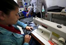 Una mujer trabajando en una fábrica de ropa, en Bogotá, 3 de febrero de 2015. El desempleo urbano en Colombia subió en agosto, después de tres meses consecutivos a la baja, informó el miércoles el Gobierno, en medio de la desaceleración de la economía del país sudamericano. REUTERS/Jose Miguel Gomez