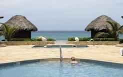 Un turista en una piscina de un resort 5 estrellas, en Varadero, 7 de julio de 2012. El interés de los ejecutivos de las principales cadenas hoteleras de Estados Unidos en la isla ha aumentado en los últimos meses, con conversaciones informales con funcionarios cubanos a medida que Washington relaja las restricciones a las firmas estadounidenses que operan allí. REUTERS/Desmond Boylan
