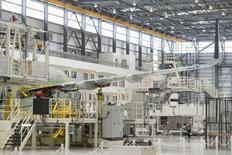 Un avión Airbus A321 siendo ensamblado en el hangar de la planta de manufacturas de Airbus, en Mobile, Alabama, 13 de septiembre de 2015. El ritmo de crecimiento en el sector manufacturero de Estados Unidos se desaceleró en septiembre y permaneció a su nivel más bajo desde mayo de 2013, mostró un informe de la industria publicado el jueves. REUTERS/Michael Spooneybarger