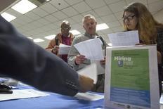 Personas buscan empleo en una feria de trabajo para los indigentes, en Los Ángeles, California, 4 de junio de 2015. Los empleadores en Estados Unidos frenaron las contrataciones en los últimos dos meses y los salarios cayeron en septiembre, lo que plantea nuevas dudas sobre si la economía está lo suficientemente fuerte como para que la Reserva Federal comience a subir las tasas de interés este año. REUTERS/David McNew