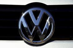 Logo de Volkswagen en concesionaria, Sídney, 3 oct, 2015. El consejo de administración de Volkswagen sostendrá una reunión extraordinaria el miércoles, en la que se espera que el gerente de finanzas Hans Dieter Pötsch sea designado como nuevo jefe del panel, dijeron dos fuentes el domingo. REUTERS/David Gray
