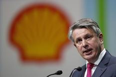 El director ejecutivo de Shell, Ben van Beurden, habla durante una conferencia en París, Francia, 2 de junio de 2015. La energía renovable limpia deberá luchar para reemplazar a los combustibles fósiles ya que las industrias pesadas sólo se desprenderán gradualmente del carbón, petróleo y gas, dirá el martes el presidente ejecutivo de Shell, Ben van Beurden. REUTERS/Benoit Tessier