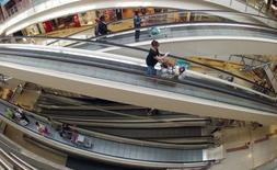 Les PME voient leur part augmenter dans les ventes de la grande distribution et ont contribué à l'essentiel de la progression des ventes de produits de grande consommation en France depuis un an. /Photo d'archives/REUTERS/Charles Platiau