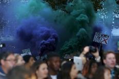 "Manifestantes deixam tapete vermelho do filme ""Suffragette"" em Londres.  7/10/2015.  REUTERS/Luke MacGregor"
