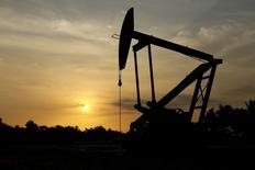 Нефтяной станок-качалка в Венесуэле. 18 марта 2015 года. Влиятельная аналитическая фирма PIRA Energy Group, год назад предсказавшая падение цен на нефть, прогнозирует их рост до $75 в течение двух лет. REUTERS/Isaac Urrutia