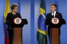 La presidenta de Brasil, Dilma Rousseff, y el mandatario de Colombia, Juan Manuel Santos (a la derecha), sonríen durante una conferencia de prensa después de una reunión bilateral en el Palacio de Nariño en Bogotá, Colombia. 9 de octubre, 2015. REUTERS/John Vizcaino