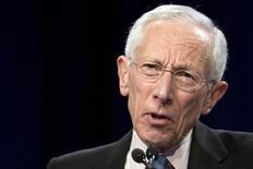 """En la imagen de archivo, el vicepresidente de la Reserva Federal de Estados Unidos, Stanley Fischer, habla ante el Club Económico de Nueva York, en Nueva York, el 23 de marzo de 2015. Aún es probable que los integrantes de la Fed suban las tasas de interés este año, pero eso es """"una expectativa, no un compromiso"""" y podría cambiar si la economía global hace que la estadounidense se desvíe aún más de curso, dijo Fischer el domingo en el marco de la reunión anual del Fondo Monetario Internacional en Peru. REUTERS/Brendan McDermid - RTR4UJI6"""