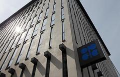 El logo de la OPEP en su sede en Viena, Austria. La OPEP estimó el lunes que la demanda de su petróleo en el 2016 será mucho mayor de lo previsto ya que su estrategia de dejar que los precios caigan afecta a los productores de crudo de esquisto en Estados Unidos y a otros proveedores rivales, reduciendo así un superávit global en la oferta. REUTERS/Heinz-Peter Bader -