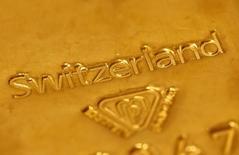 Un lingote de oro en un banco suizo en Berna, nov 25, 2014. El oro subió el lunes a su mayor nivel desde principios de julio, luego de que el dólar cayera a mínimos de tres semanas frente a una cesta de monedas debido a las expectativas de que la Reserva Federal de Estados Unidos aplace una esperada alza en las tasas hasta el próximo año.       REUTERS/Ruben Sprich