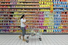 Una consumidora empuja un carrito de compras en un supermercado en Fuyang, provincia de Anhui. La inflación al consumidor en China se enfrió más que lo esperado en septiembre, mientras que los precios al productor extendieron su caída a un cuadragésimo tercer mes consecutivo, lo que aumenta la preocupación sobre las presiones deflacionarias en la segunda mayor economía del mundo. REUTERS/Stringer