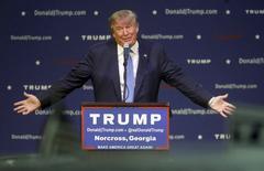 """El precandidato demócrata, Donald Trump habla en un acto en Norcross, Georgia, el 10 de octubre de 2015. El aspirante a la nominación republicana para las elecciones presidenciales de Estados Unidos Donald Trump mostrará sus dotes de comedia como anfitrión del programa del canal NBC """"Saturday Night Live"""" el mes próximo, dijo el martes la cadena. REUTERS/Tami Chappell"""