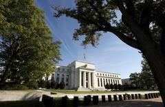 El edificio de la Reserva Federal en Washington, 16 de septiembre de 2015. El mercado laboral de Estados Unidos continuó mejorando pero el avance ha tenido poco impacto en el crecimiento de los salarios, mientras que el sector manufacturero del país está siendo golpeado por la reciente fortaleza del dólar, dijo el miércoles la Reserva Federal. REUTERS/Kevin Lamarque