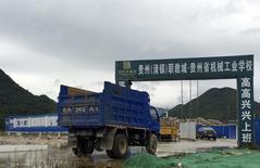 Грузовик у строительной площадки в Китае. 24 сентября 2015 года. Агентство экономического планирования Китая одобрило 218 проектов общей стоимостью 1,81 триллиона юаней ($285,3 миллиарда) в первые девять месяцев 2015 года, поскольку Пекин хочет подстегнуть инвестиции в инфраструктуру, чтобы поддержать замедляющийся экономический рост. REUTERS/Alexandra Harney
