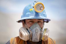 El minero Luis Hancco de la compañía Aurelsa posa para una fotografía durante una pausa en Relave, Perú, feb 20, 2014. La actividad económica de Perú creció un 2,57 por ciento interanual en agosto, menos de lo esperado por analistas, dijo el jueves el Gobierno, impulsada principalmente por el clave sector minero.  REUTERS/ Enrique Castro-Mendivil