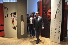 Presidente da França, François Hollande (centro), visita Museu do Homem em Paris, na França, nesta quinta-feira. 15/10/2015 REUTERS/Thibault Camus/Pool