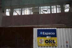El logo de OHL en una construcción en Madrid, 2 de marzo de 2015. La constructora española OHL dijo el viernes que tres consejeros independientes de su filial mexicana dimitirán como parte de las recomendaciones de los auditores para revisar su junta directiva. REUTERS/Andrea Comas