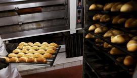 Funcionário de padaria em São Paulo. Grupo Alimentação, cujos preços subiram 0,58 por cento em outubro, pressionou a alta do IGP-10 em outubro.  REUTERS/Paulo Whitaker