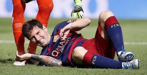 Lionel Messi sofre contusão no joelho em jogo contra Las Palmas em Barcelona.  26/9/2015.  REUTERS/Sergio Perez