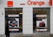 Orange Polska va débourser 3,2 milliards de zloties (756 millions d'euros) pour de nouvelles fréquences 4G. Ce montant se compare au bénéfice d'exploitation de 3,921 milliards de zloties réalisé en 2014 par la filiale polonaise d'Orange. /Photo d'archives/REUTERS/Peter Andrews