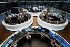 A l'exception de Londres, alourdie par les valeurs minières, les Bourses européennes restent orientées en hausse lundi à mi-séance, alors que la Chine a annoncé pour le troisième trimestre une croissance de 6,9% de son économie, inférieure à 7% pour la première fois depuis la crise financière mondiale. À Paris, l'indice CAC 40 gagne 0,31% vers 13h00 et le DAX prend 0,84% à Francfort. /Photo d'archives/REUTERS/Ralph Orlowski