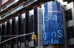 Morgan Stanley a vu son bénéfice chuter pour le deuxième trimestre d'affilée en raison des perturbations sur les marchés obligataires, des changes et des matières premières dans un climat d'incertitude sur le calendrier de la hausse des taux de la Réserve fédérale et d'inquiétudes sur l'économie chinoise. Son bénéfice, part du groupe, a baissé de 42,4% à 939 millions de dollars. /Photo d'archives/REUTERS/Mike Segar