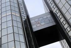 """Vers 13h15, l'action Saint-Gobain (-2,97%) accuse la plus forte baisse du CAC 40, pénalisée par une note d'UBS qui a abaissé son conseil sur la valeur de """"neutre"""" à """"vendre"""". Au même moment, l'indice phare de la Bourse de Paris recule de de 0,81% à 4.666,15 points. /Photo d'archives/REUTERS/Jacky Naegelen"""
