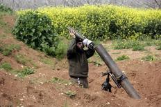 Повстанец готовится произвести выстрел по позициям лояльных Башару Асаду военых под Морком 3 апреля 2015 года. Не менее трех граждан России, сражавшихся на стороне сирийского правительства, погибли и еще несколько были ранены в результате попадания снаряда по их позиции в прибрежной провинции Латакия, сообщил высокопоставленный военный источник во вторник. REUTERS/Mohamad Bayoush