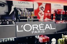 L'Oréal est l'une des valeurs à suivre mercredi à la Bourse de Paris, HSBC ayant ramené sa recommandation sur le titre d'acheter à conserver avec un objectif de cours abaissé de 177 à 165 euros. /Photo d'archives/REUTERS/Charles Platiau