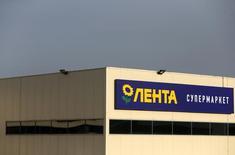 Вид на здание гипермаркета Лента в Москве 3 февраля 2014 года. Ритейлер Лента успешно завершил второе в этом году SPO, от которого на этот раз получит $150 миллионов, а его акционер - ЕБРР - примерно $125 миллионов. REUTERS/Maxim Shemetov/Files