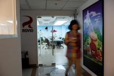 Una empleada camina en una oficina de Rovio, la compañía que creó el videojuego Angry Birds, en Shanghái, 20 de junio de 2012. La empresa finlandesa Rovio, fabricante del exitoso juego para celulares Angry Birds, dijo el miércoles que decidió recortar 213 puestos de trabajo, o un 32 por ciento de su fuerza laboral. REUTERS/Aly Song