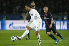 Cristiano Ronaldo (E), do Real Madrid, domina  a bola diante de Marco Verratti (D) do Paris St. Germain durante partida pela Liga dos Campeões em Paris. 21/10/2015 REUTERS/Benoit Tessier