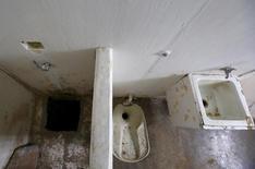 """Tunel de fuga em banheiro da cela de Joaquín """"El Chapo"""" Guzmán, no México.   16/07/2015   REUTERS/Edgard Garrido"""