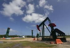 Нефтяной станок-качалка в городе Варадеро в кубинской провинции Матансас. 21 октября 2015 года. Цены на нефть поднялись с отмеченного в среду трехнедельного минимума за счет технических покупок и снижения запасов нефтепродуктов в США. REUTERS/Enrique de la Osa