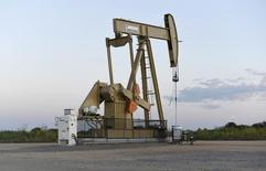 Una unidad de bombeo de crudo licenciada a la compañía Devon Energy Production operando cerca de Guthrie, EEUU, sep 15, 2015. Los precios del petróleo subieron el jueves impulsados por una escalada en la gasolina y factores técnicos que sugirieron precios más altos, pero las ganancias fueron limitadas por las preocupaciones sobre un aumento en los inventarios de crudo en Estados Unidos. REUTERS/Nick Oxford