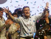 El candidato conservador de oposición de Argentina, Mauricio Macri, celebra tras los resultados de las elecciones en Buenos Aires, 26 de octubre de 2015. La deuda soberana de Argentina trepaba el lunes y en algunos casos alcanzó máximos históricos, luego de los resultados de la elección presidencial del domingo que obligan a un balotaje entre el candidato oficialista, Daniel Scioli, y el principal líder opositor, Mauricio Macri. REUTERS/Agustin Marcarian
