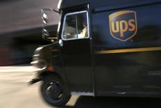 Un camión de transporte de UPS, en Nueva York, 6 de marzo de 2014. La empresa de despacho de encomiendas United Parcel Service reportó el martes una ganancia trimestral superior a lo esperado, pese a que sus ingresos fueron afectados por la fortaleza del dólar. REUTERS/Mike Segar