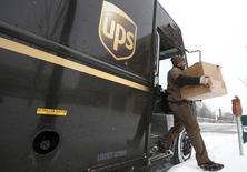 United Parcel Service (UPS) a livré mardi un bénéfice du troisième trimestre supérieur aux attentes mais son chiffre d'affaires, pénalisé par la vigueur du dollar, s'est révélé inférieur aux prévisions, ce qui n'a pas empêché le groupe de messagerie et de logistique de confirmer ses prévisions annuelles. /Photo d'archives/REUTERS/Jim Young