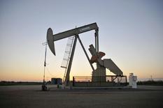 Una unidad de bombeo de petróleo operando cerca de Guthrie, Oklahoma, 15 de septiembre de 2015. Estados Unidos planea vender 58 millones de barriles de crudo de sus reservas estratégicas entre el 2018 y el 2025 bajo los términos de un acuerdo presupuestario alcanzado el lunes con la Casa Blanca y legisladores demócratas y republicanos, reportó Bloomberg. REUTERS/Nick Oxford