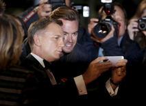 """Daniel Craig posa para selfie na pré-estreia do novo filme de James Bond, """"007 Contra Spectre"""", em Londres. 26/10/2015 REUTERS/Luke MacGregor"""