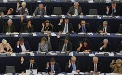 """Le Parlement européen a définitivement adopté mardi un projet de règlement mettant fin à partir du 15 juin 2017 aux frais d'itinérance (""""roaming""""), surcoûts imposés aux télécommunications mobiles dans un autre pays de l'UE. Les eurodéputés ont également entériné un chapitre relatif à la """"neutralité d'internet"""", c'est-à-dire le fait de garantir une égalité de condition d'accès à la toile mondiale à tous les usagers et fournisseurs de contenus. /Photo prise le 27 octobre 2015/REUTERS/Vincent Kessler"""