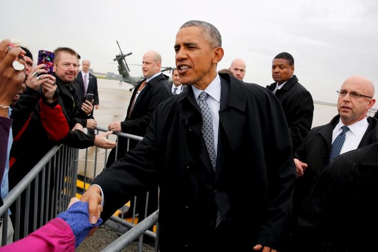 U.S. President Barack Obama greets people as he arrives at O'Hare International Airport in Chicago October 27, 2015. REUTERS/Jonathan Ernst